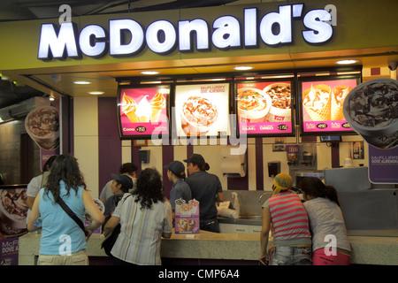 Chili Santiago Plaza de Armas McDonald's restaurant fast food business entreprise mondiale contre boy girl teen Banque D'Images