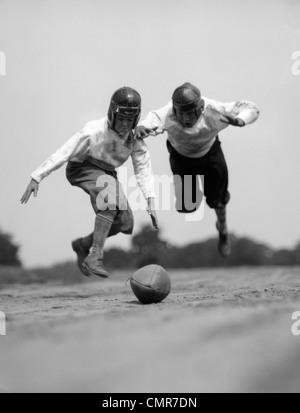 1930 Paire de garçons en culottes de cuir RACING CASQUES & DE PLONGER SUR LE FOOTBALL Banque D'Images