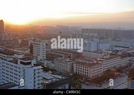 Vue aérienne du matin le lever du soleil sur la ville de Kunming, Chine. Banque D'Images
