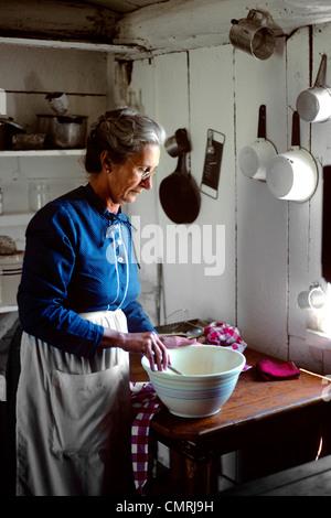 1970 PERSONNES ÂGÉES WOMAN PREPARING FOOD IN cuisine rurale,