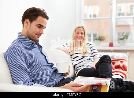 La femme et l'homme dans canapé
