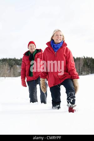 Les personnes âgées dans le canton de marcher dans la neige Banque D'Images