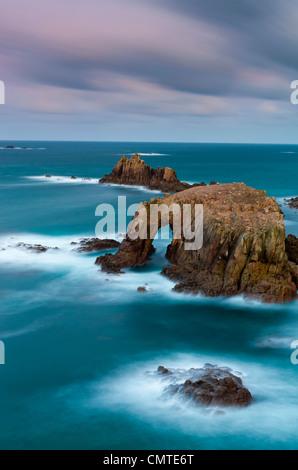Vue de l'Pordenack Dodnan Point vers Enys Arch et le chevalier armé rock, Land's End, Cornwall, Angleterre, Royaume Banque D'Images