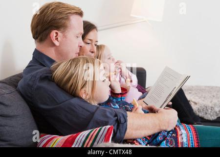Portrait de jeune fille avec la famille looking at camera Banque D'Images
