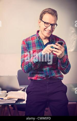 Businessman using mobile phone Banque D'Images