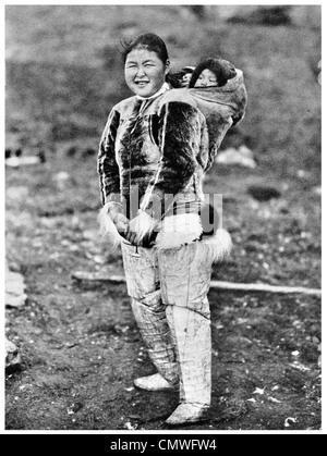 1925 La mère et l'enfant vêtu de vêtements de l'Arctique Eskimo