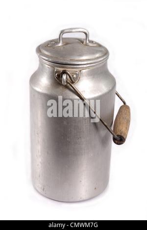 Le lait peut en aluminium anciens sur fond blanc Banque D'Images