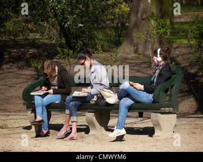 Les filles se reposent dans le dessin à faire des devoirs Warande Parc de la ville de Bruxelles, Belgique Banque D'Images
