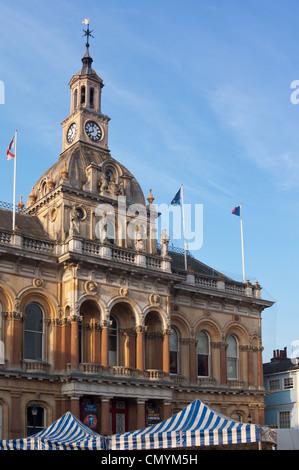 Ipswich town hall avec les auvents du marché. Le Suffolk. L'Angleterre Banque D'Images