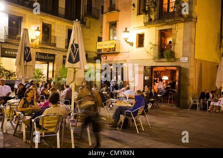Plaza de Santa Maria, ses cafés dans la soirée, la Ribera, Barcelone Banque D'Images