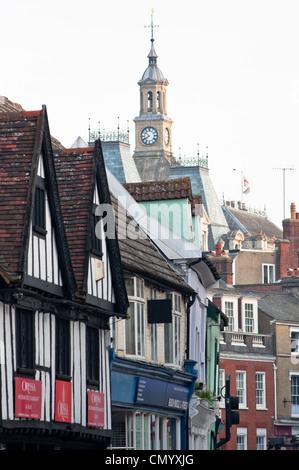 Ipswich Town Hall vu au shop fronts. Le Suffolk. L'Angleterre. Banque D'Images