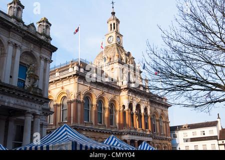 Ipswich town hall avec les auvents du marché. Le Suffolk. L'Angleterre. Banque D'Images