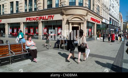Les piétons circulant au-delà de la Principauté Building Society sur Queen Street et le monastère Cardiff Wales Banque D'Images