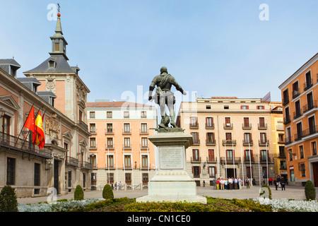 Madrid, Espagne. Plaza de la Villa avec statue de Álvaro de Bazán. Banque D'Images