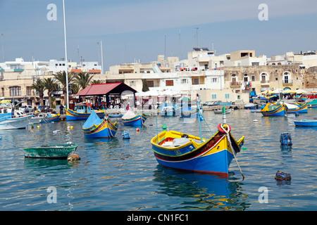 Bateaux de pêche maltais traditionnel appelé dghajsa dans le port de Marsaxlokk, Malte Banque D'Images