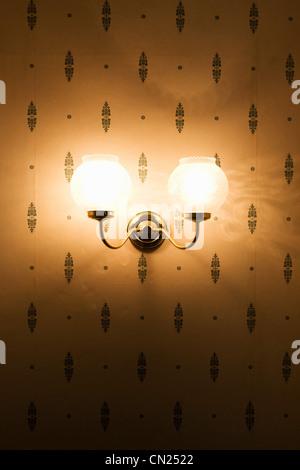 Lampe Murale contre du papier peint à motifs Banque D'Images