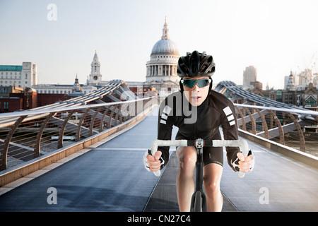 Vélo Cycliste sur Millennium Bridge, Londres, Angleterre Banque D'Images
