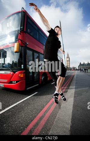 Lanceur de javelot sur route avec bus, Londres, Angleterre Banque D'Images