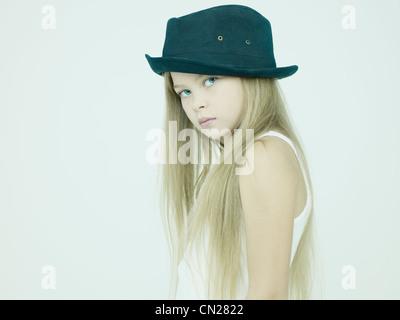 Portrait de studio de belle petite fille avec chapeau Banque D'Images