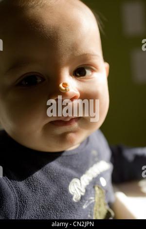 Baby Boy avec céréales petit déjeuner sur le nez Banque D'Images