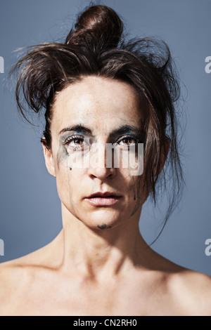 Portrait d'une femme criant à l'aide de make up fonctionnant en bas de son visage Banque D'Images