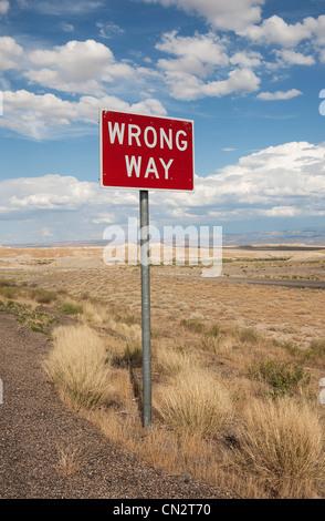Mauvaise façon signe à côté de l'autoroute, Utah, USA Banque D'Images