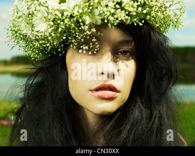 Fashion portrait belle fille portant une couronne de fleurs sauvages Banque D'Images