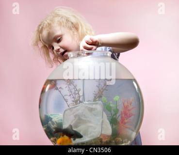 Jeune fille avec filet de pêche et Goldfish Bowl Banque D'Images