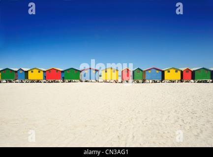 Cabines de plage de couleur vive sur la plage Banque D'Images