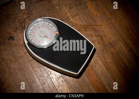 Pèse-personne sur plancher en bois Banque D'Images