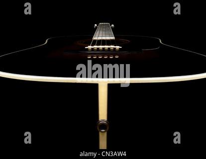 Guitare acoustique sur fond noir Banque D'Images