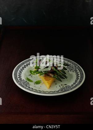 La polenta grillée aux asperges enveloppé dans du jambon de Parme Banque D'Images