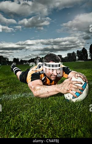 Joueur de rugby sur le terrain de notation Banque D'Images