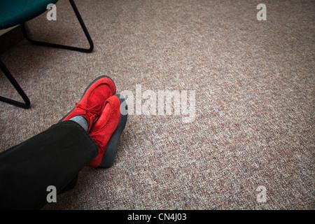 Chaussures rouges dans la salle d'attente Banque D'Images