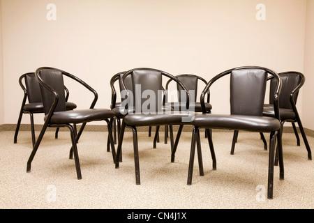 Chaises vides dans une salle de réunion Banque D'Images