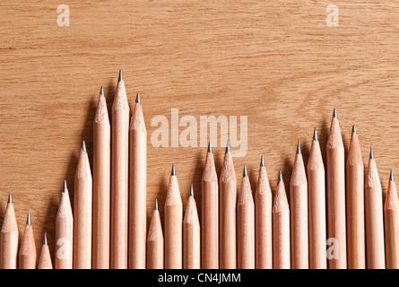 Crayons en bois dans une rangée Banque D'Images