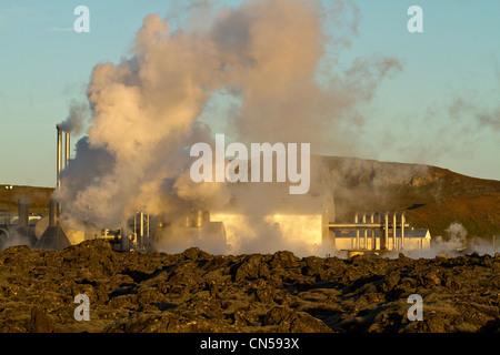 L'Islande, région Sudurnes, Grindavik, Blue Lagoon, vapeurs d'eau chaude récupérer la centrale géothermique de Svartsengi Banque D'Images
