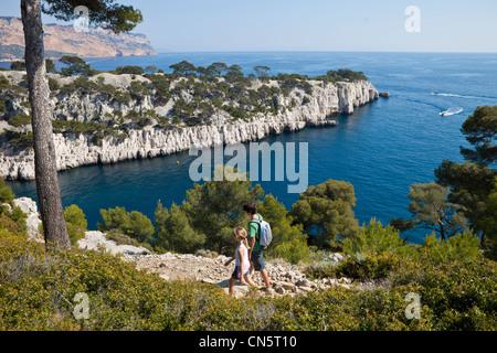 France, Bouches du Rhône, Cassis, le ruisseau (Calanque de Port Pin), les enfants randonnées Banque D'Images