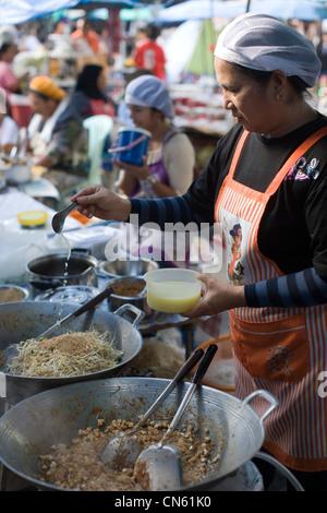 La préparation des haricots et les nouilles dans un café de la rue au Marché Central, Songkhla, Thaïlande Banque D'Images