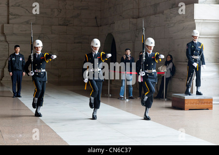 Relève de la garde à Chiang Kai-shek Memorial Hall, Taipei, Taiwan. JMH5651 Banque D'Images