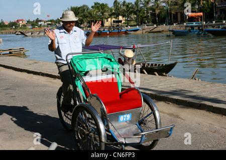 Cyclo pilote dans Hoi An, Vietnam Banque D'Images