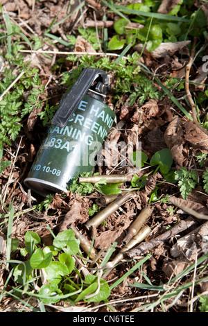 Grenade Fumigène dépensé dans la plaine de Salisbury zone d'entraînement militaire de Imber Wiltshire, UK Banque D'Images