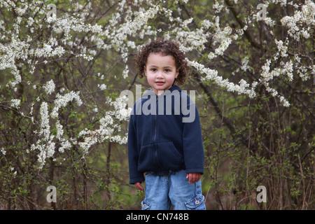 2 ans, fille, 'tom boy' blossom Banque D'Images