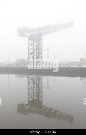 L'Finnieston Crane à côté de la rivière Clyde dans le brouillard à Glasgow Scotland UK Banque D'Images