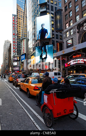 United States, New York, Manhattan, Midtown, Times Square, pedicab avec les passagers Banque D'Images