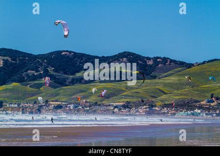 Pismo Beach Californie kite surfeurs Voitures Camions VUS de chiens Motorhomes Remorques à sellette et le chaos Banque D'Images