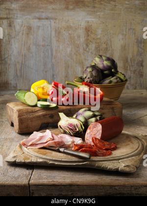 Légumes et viandes sur planche de bois Banque D'Images