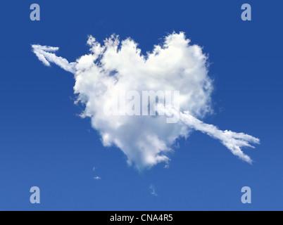 Nuage moelleux de la forme de coeur, sur un ciel bleu profond. Banque D'Images