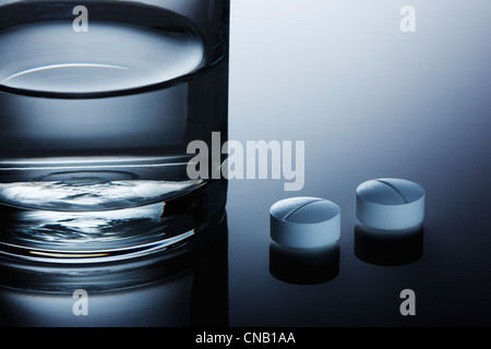 Close up of pills on reflective surface Banque D'Images