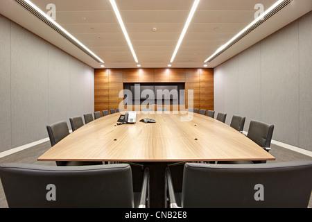 Board Room Salle de réunion grande table chaises écran Banque D'Images